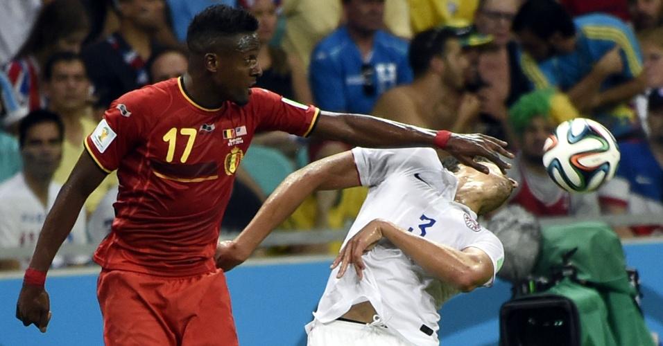 01.jul.2014 - Origi coloca a mão no rosto de Gonzalez durante disputa de bola em partida entre Bélgica e Estados Unidos