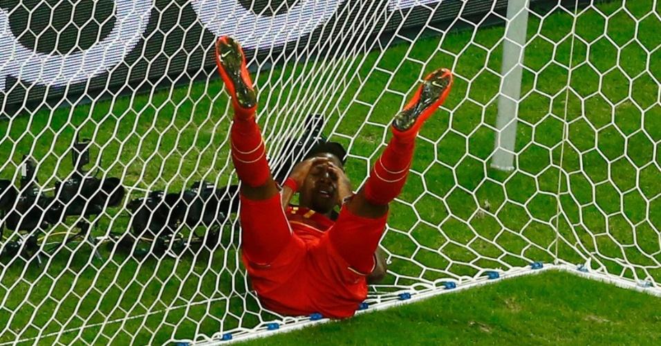 01.jul.2014 - Origi fica caído na rede do gol após perder boa chance de marcar para a Bélgica