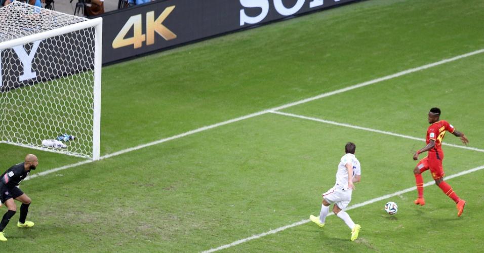 01.jul.2014 - Origi recebe cruzamento na área, errou o chute e perdeu grande chance de marcar para Bélgica contra os Estados Unidos