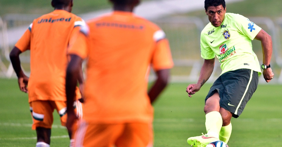 01.07.2014 - Paulinho domina a bola durante treinamento dos reservas da seleção brasileira contra time sub-20 do Fluminense