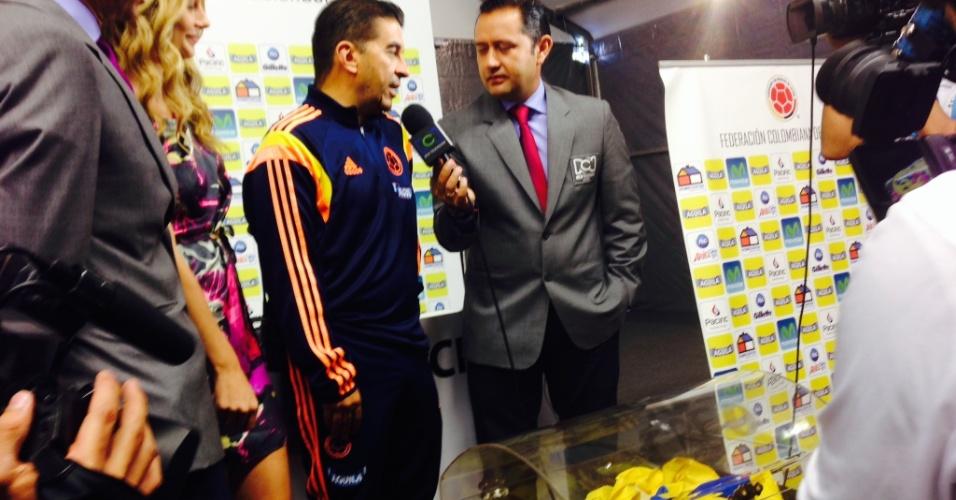 Rede de televisão colombiana RCN entrega bandeira de 150 metros com mensagens de apoio à seleção da Colômbia