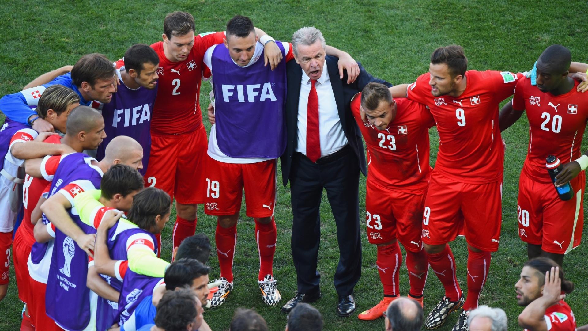 01.jul.2014 - Seleção suíça se reúne antes do início da prorrogação contra a Argentina, no Itaquerão