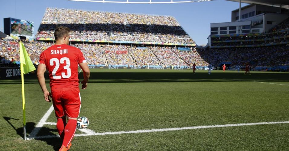 01.jul.2014 - Shaqiri, da Suíça, se prepara para cobrar escanteio na partida contra a Argentina, no Itaquerão