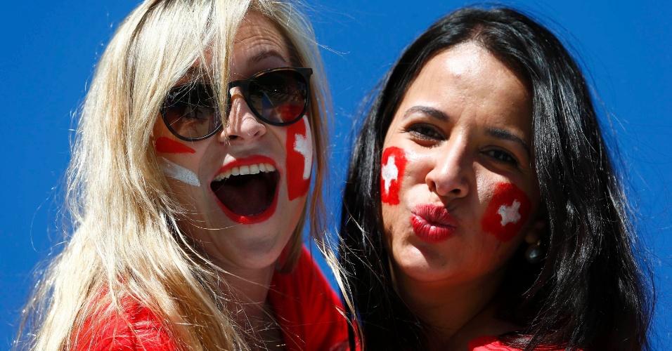 Suíças pintam o rosto e fazem pose para a câmera antes do jogo contra a Argentina no Itaquerão