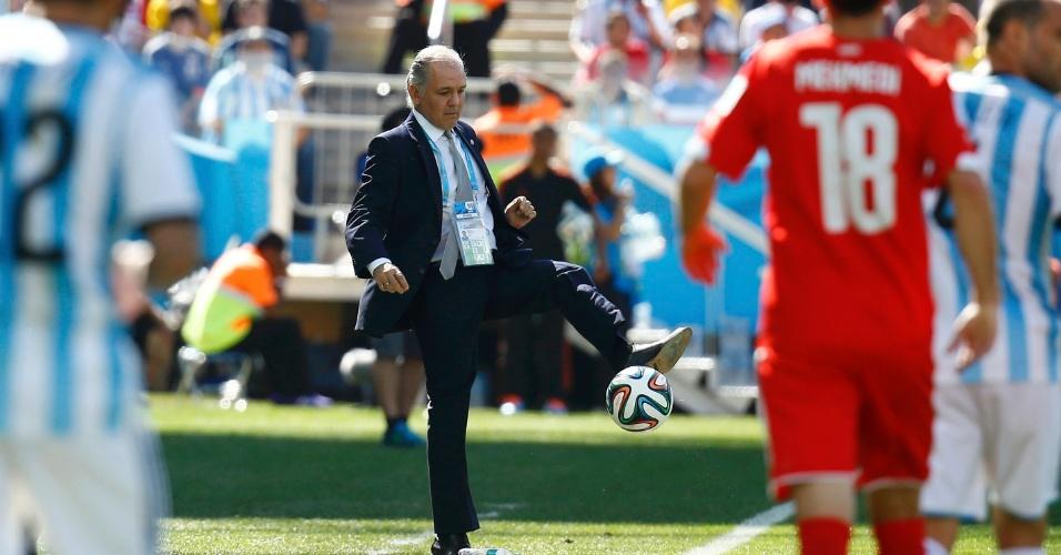 01.jul.2014 - Técnico da Argentina, Alejandro Sabella, domina a bola na lateral do gramado na partida contra a Suíça, no Itaquerão