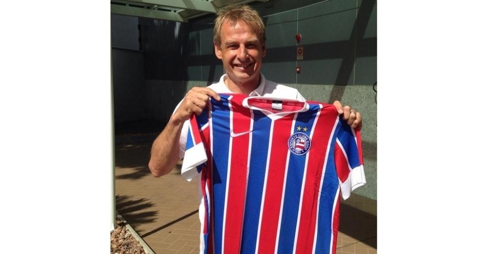 01.jul.2014 -  Técnico dos EUA, Jürgen Klinsmann, exibe camisa do Bahia, antes de partida contra a Bélgica, na Fonte Nova