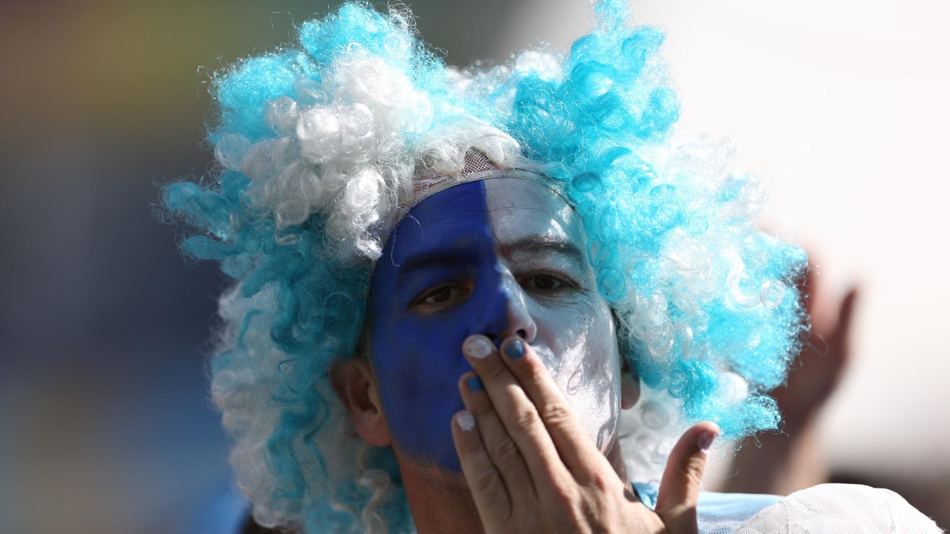 01.jul.2014 - Torcedor argentino faz festa no Itaquerão antes do início da partida contra a Suíça