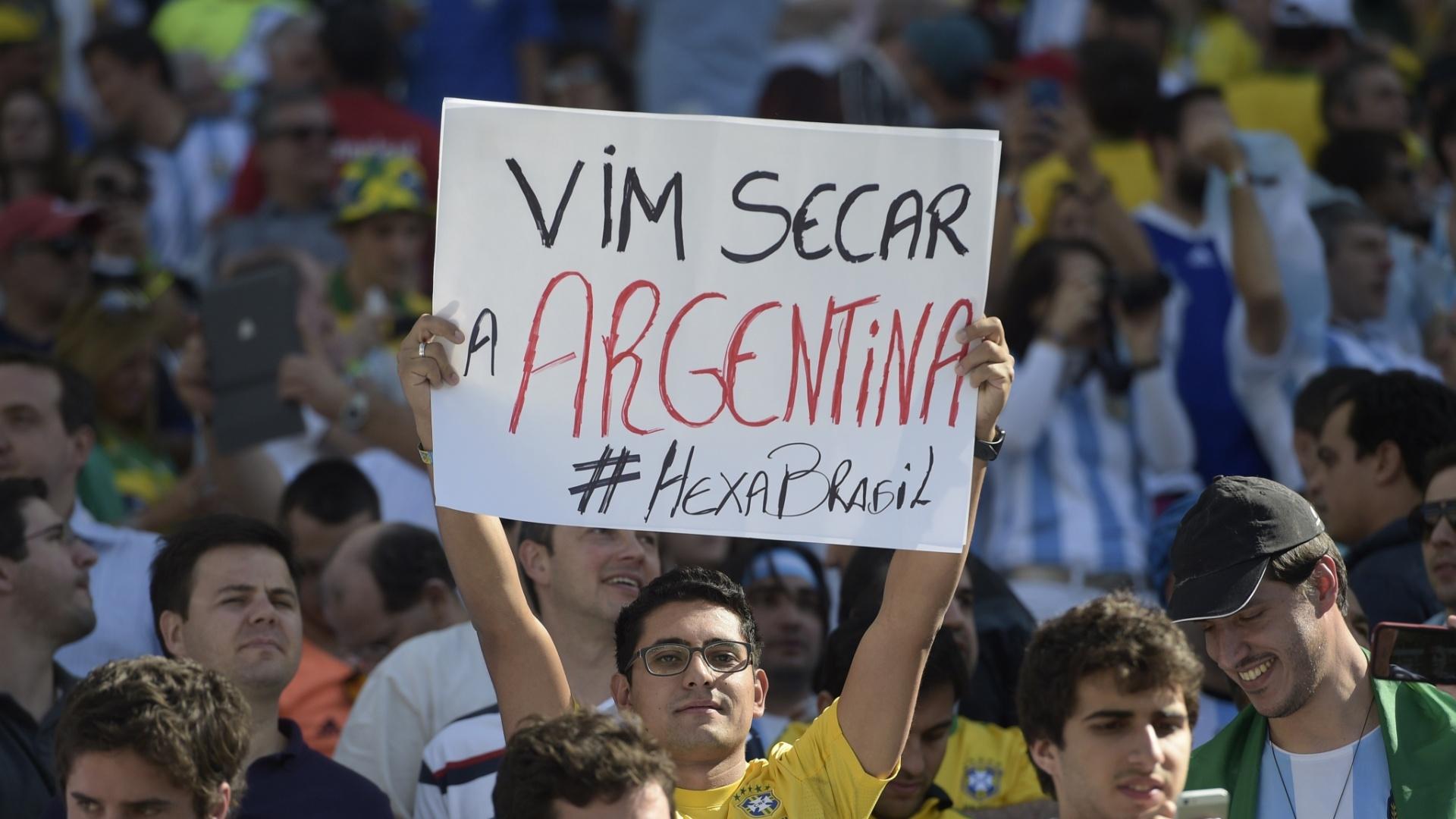 01.jul.2014 - Torcedor brasileiro não esconde que torce contra a Argentina na partida com a Suíça, no Itaquerão