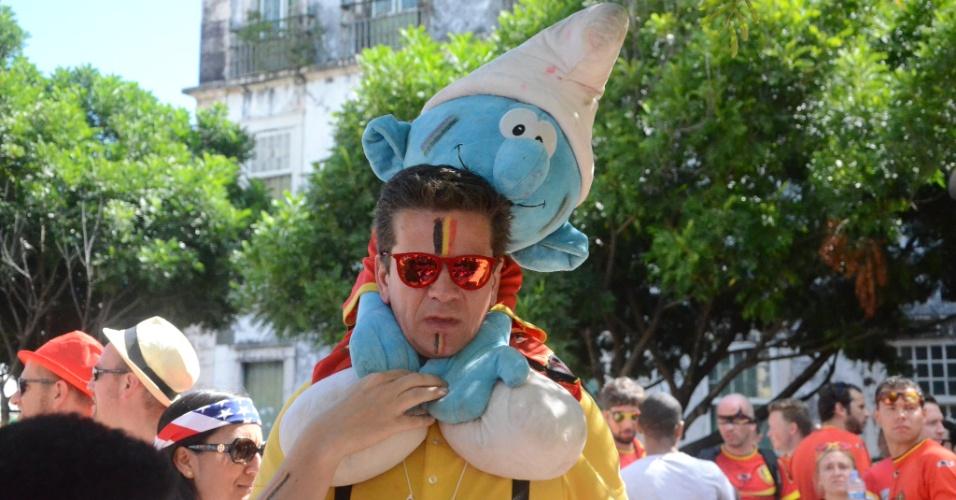 Torcedor da Bélgica carrega boneco dos Smurfs em visita ao Pelourinho, antes de partida contra os EUA, na Fonte Nova