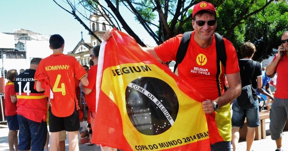 Torcedor da Bélgica exibe bandeira personalizada do Brasil antes de partida entre Bélgica x EUA, em Salvador