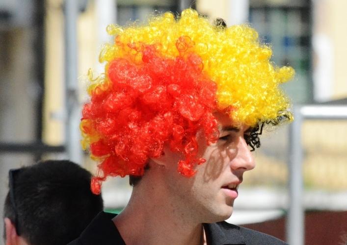 01.jul.2014 -  Torcedor da Bélgica exibe peruca antes de partida contra os EUA, na Fonte Nova