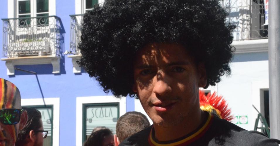 Torcedor da Bélgica exibe sua peruca no Pelourinho, antes de partida contra os EUA na Fonte Nova