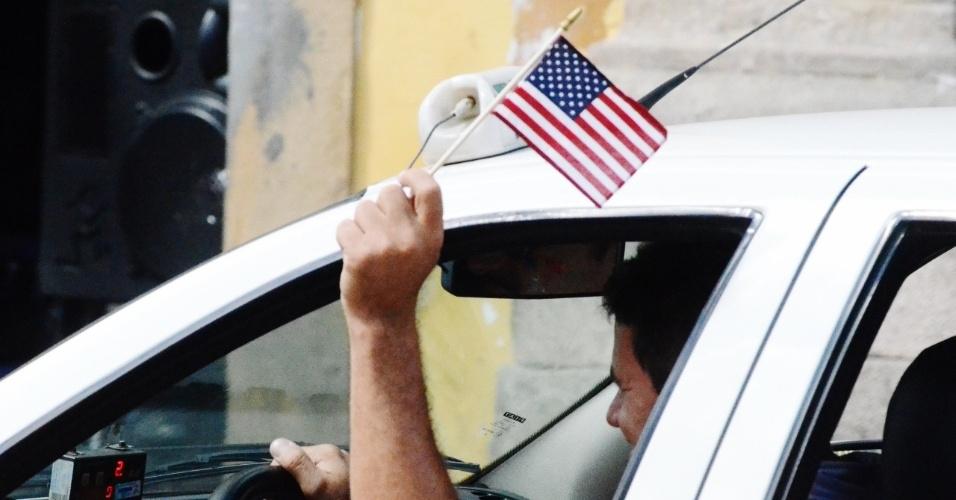 01.jul.2014 - Torcedor exibe bandeirinha dos EUA em carro