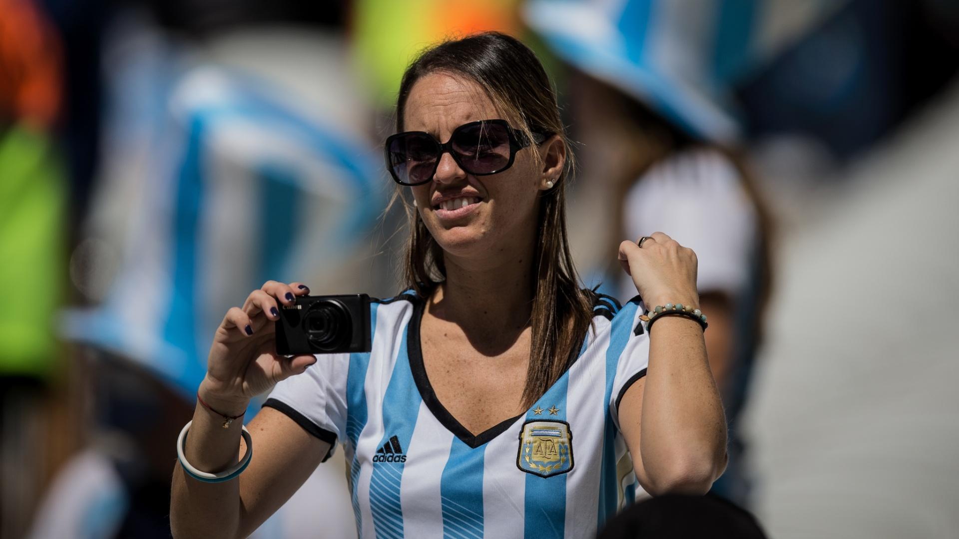 01.jul.2014 - Torcedora argentina tira fotos do Itaquerão antes do início da partida