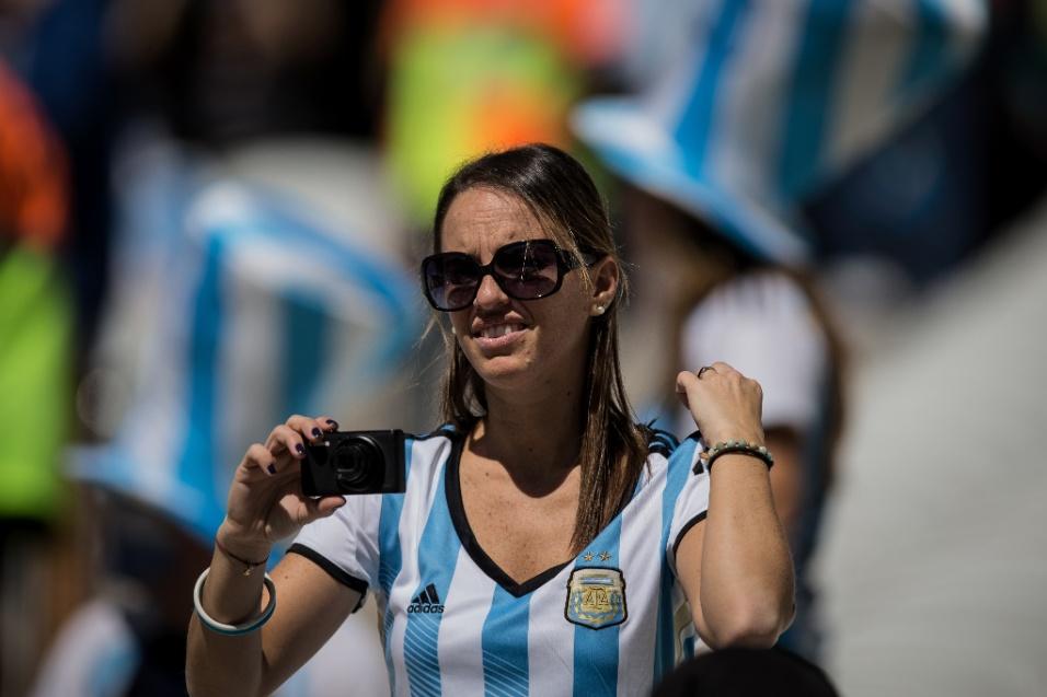 Torcedora argentina tira fotos do Itaquerão antes do início da partida
