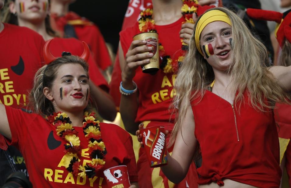 01.jul.2014 -  Torcedoras da Bélgica fazem festa antes de partida contra os Estados Unidos, em Salvador