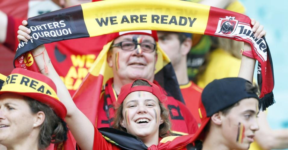 01.jul.2014 - Torcedora da Bélgica mostra animação antes da partida contra os Estados Unidos, em Salvador