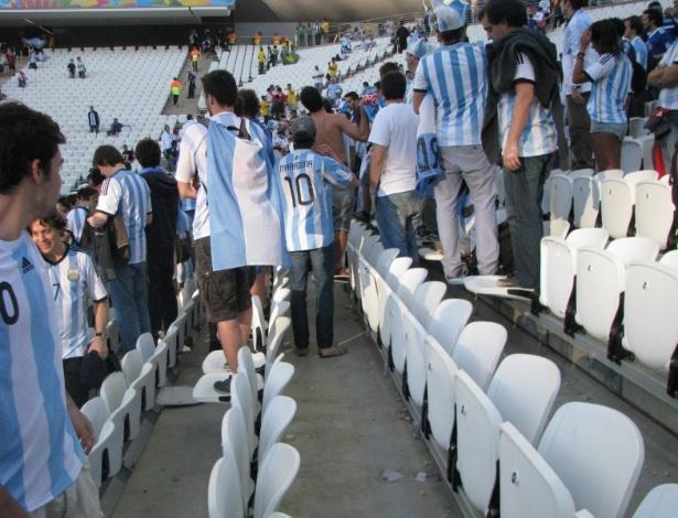 Torcedores argentinos firam de pé em cadeiras do Itaquerão durante o duelo contra a Suíça pelas oitavas da Copa