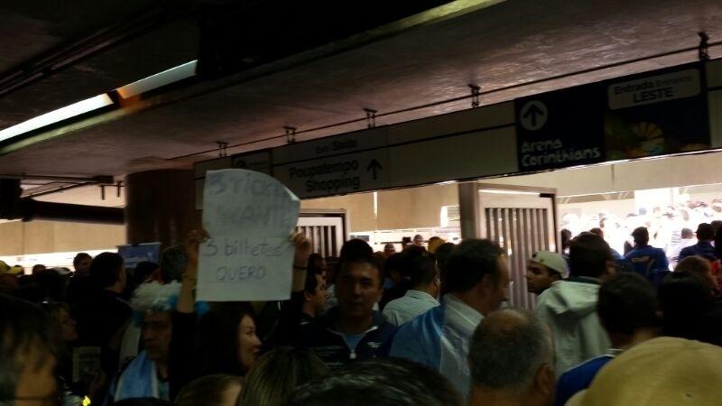 01.jul.2014 - Torcedores chegam à estação Itaquera para a partida entre Argentina e Suíça
