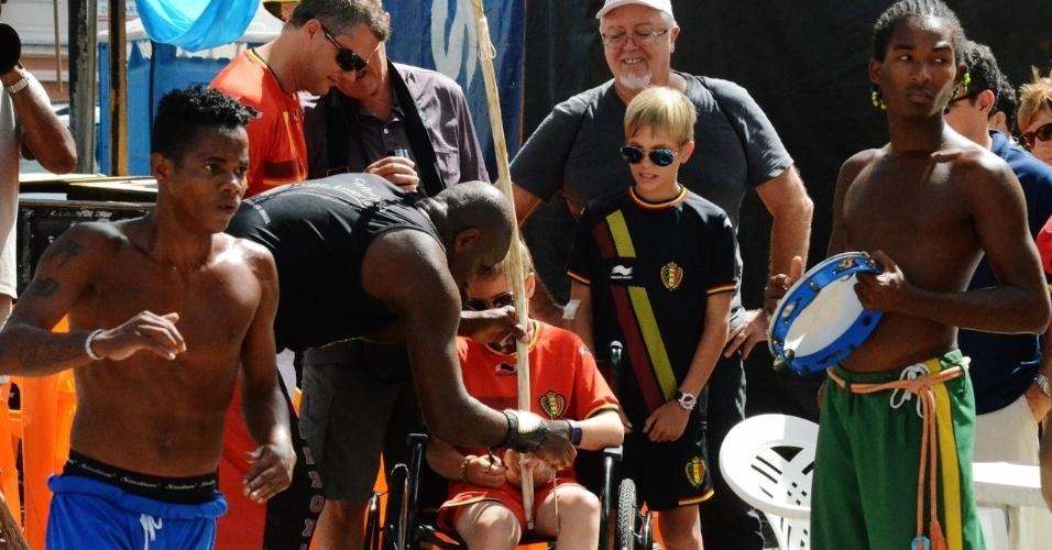01.jul.2014 -  Torcedores da Bélgica encontram moradores de Salvador no Pelourinho, antes de partida contra os EUA