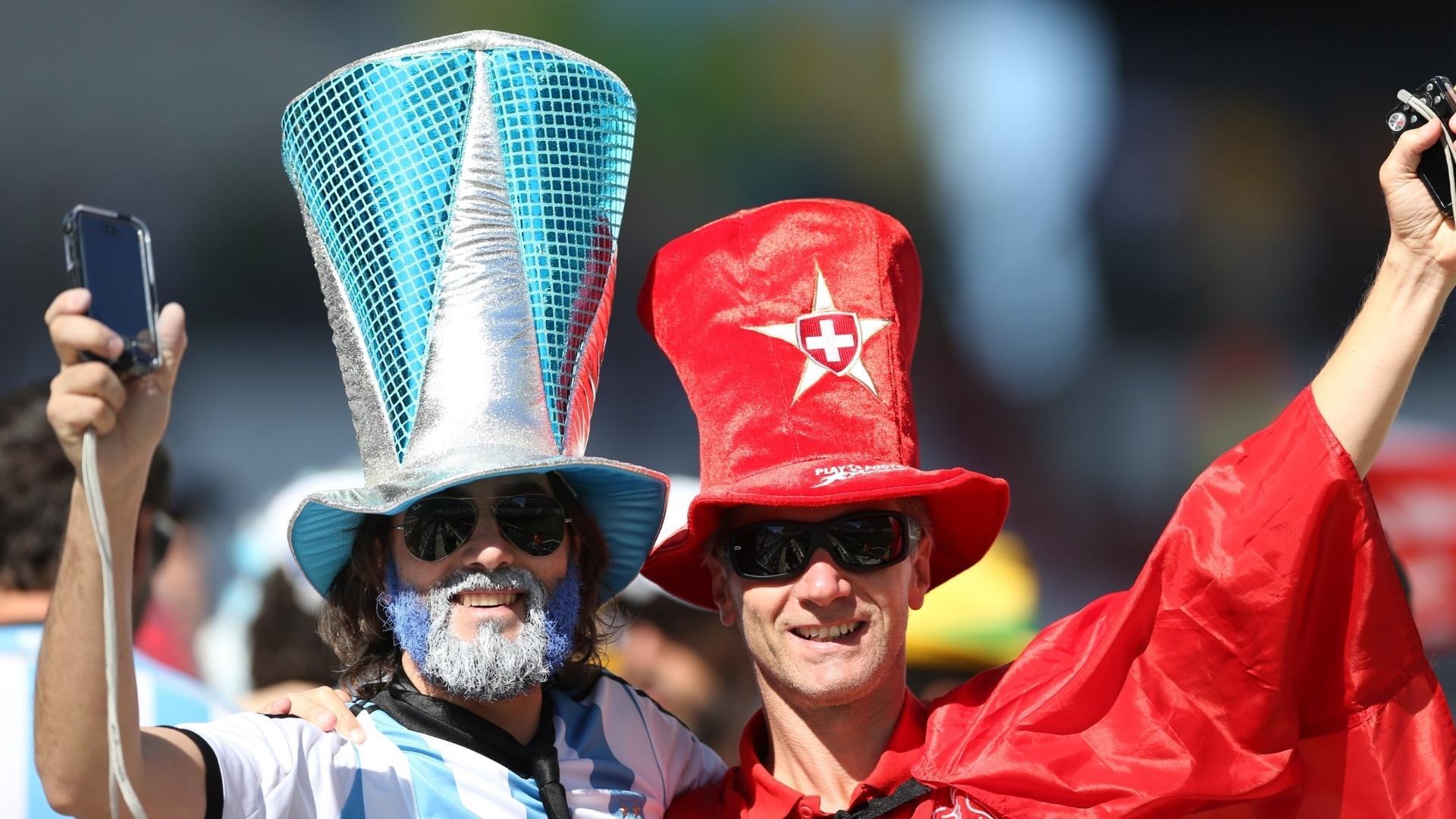 01.jul.2014 - Torcedores de Argentina e Suíça confraternizam no Itaquerão antes do início da partida