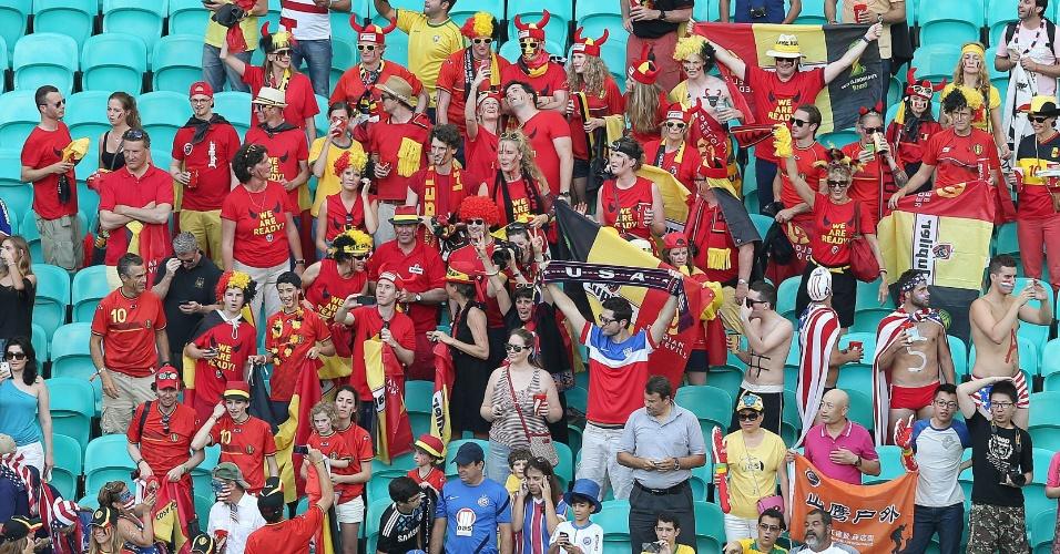 01.jul.2014 -  Torcedores de Bélgica e Estados Unidos aguardam início da partida na Fonte Nova, em Salvador