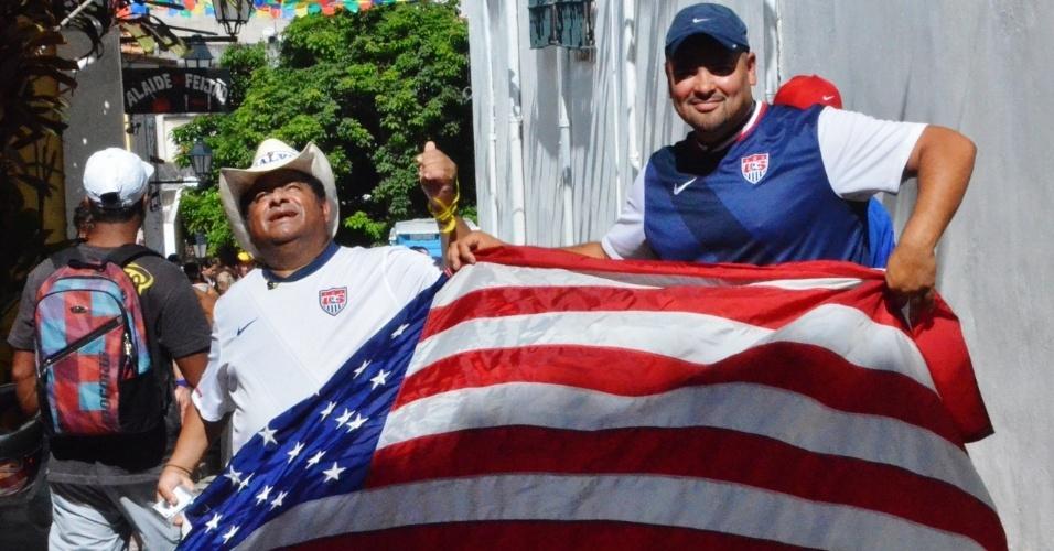 Torcedores dos EUA exibem bandeira do país em visita ao Pelourinho, antes de partida contra a Bélgica, na Fonte Nova