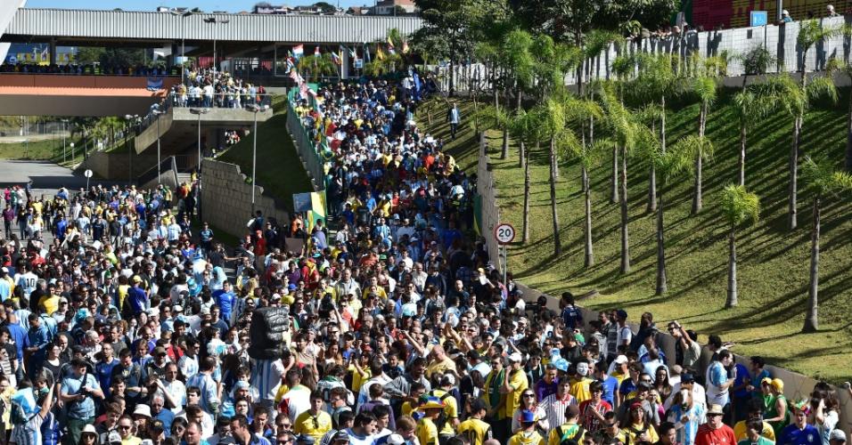 01.jul.2014 - Torcedores tomam as ruas próximas à estação Corinthians-Itaquera e se encaminham para o Itaquerão