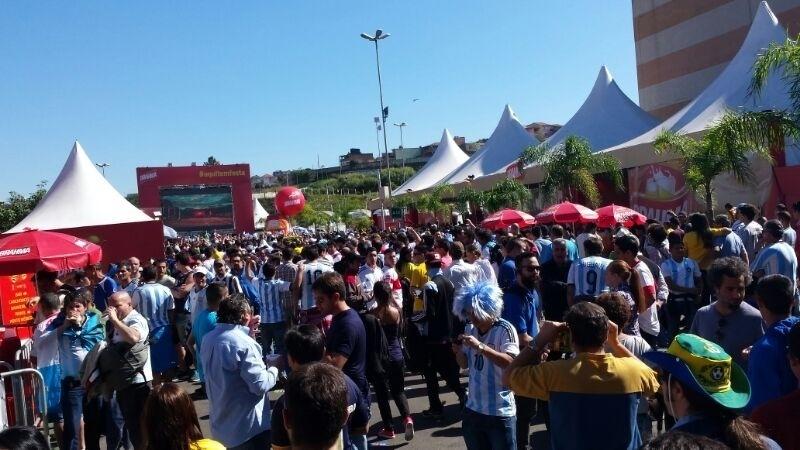 01.jul.2014 - Um telão foi montado do lado de fora do Itaquerão, permitindo a quem não tem ingresso acompanhar ali do lado do estádio à partida