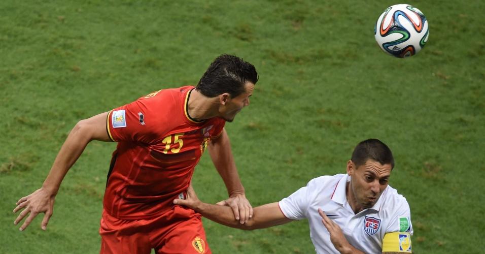 01.jul.2014 -  Van Buyten cabeceia a bola enquanto é marcado de perto pelo atacante Dempsey em partida entre Bélgica e  Estados Unidos