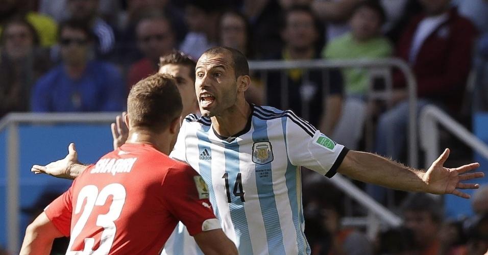 01.jul.2014 - Volante argentino Mascherano discute com suíço na partida no Itaquerão, válida pelas oitavas de final da Copa