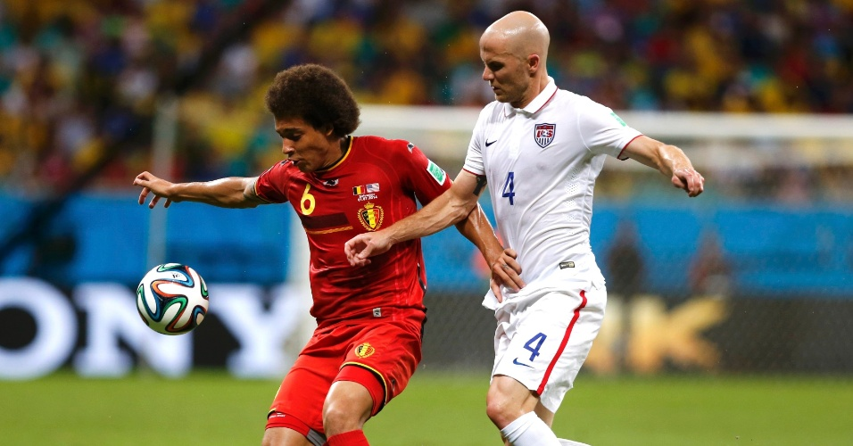 01.jul.2014 -  Witsel domina a bola enquanto é marcado de perto por Bradley durante Bélgica e Estados Unidos, na Fonte Nova