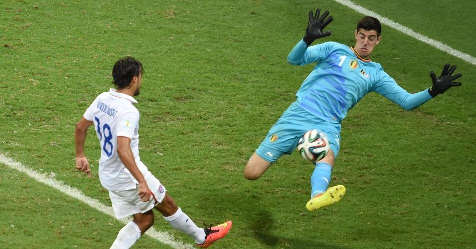 01.jul.2014 - Wondolowski teve grande chance de marcar para os Estados Unidos, mas mandou para fora