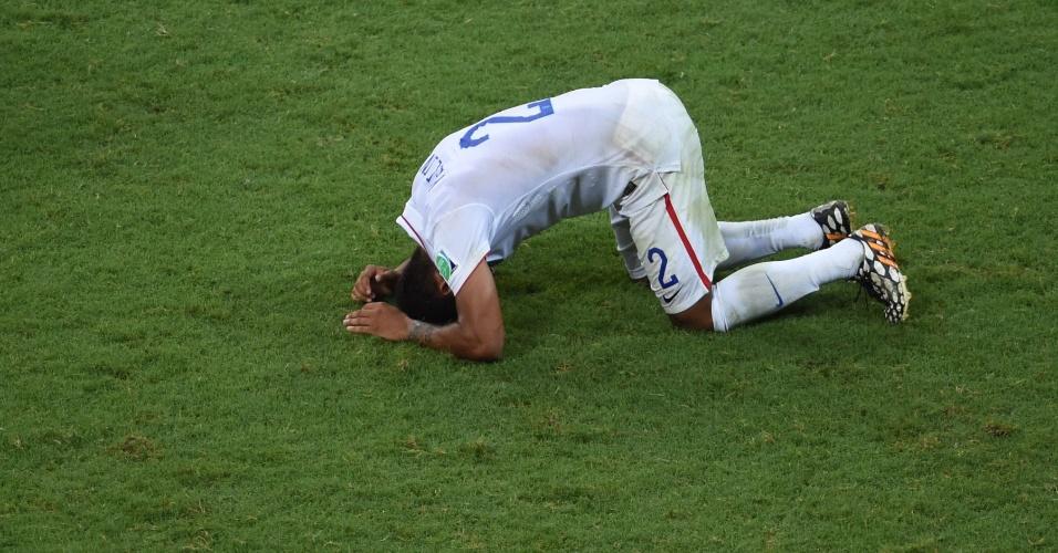 01.jul.2014 - Yedlin fica caído no gramado após a derrota dos Estados Unidos para a Bélgica