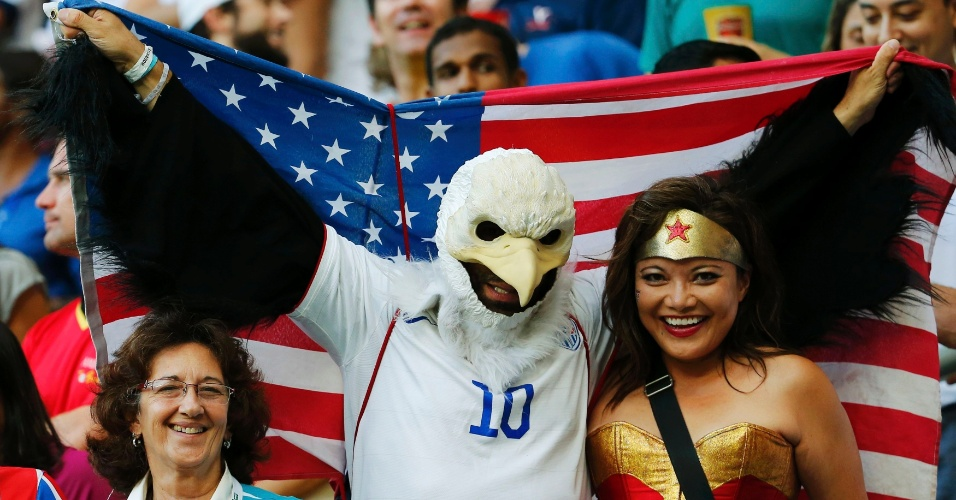 01.jul.2014 - Águia americana abre suas asas para cima da Mulher Maravilha e tenta se dar bem durante o jogo Bélgica x EUA em Salvador