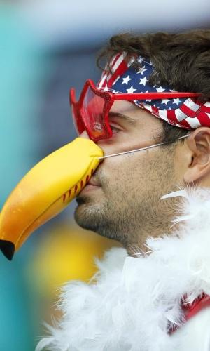 01.jul.2014 - O nariz de tucano escolhido pelo torcedor americano deu um toque tropical ao torcedor na Fonte Nova