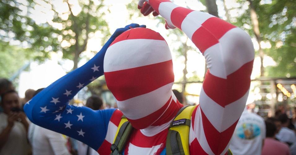 01.jul.2014 - Torcedor dos Estados Unidos sem rosto lamenta a eliminação para a Bélgica