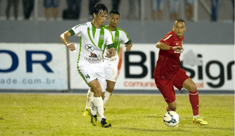 02 jul 2014 - Wellington Paulista tenta jogada em amistoso do Internacional