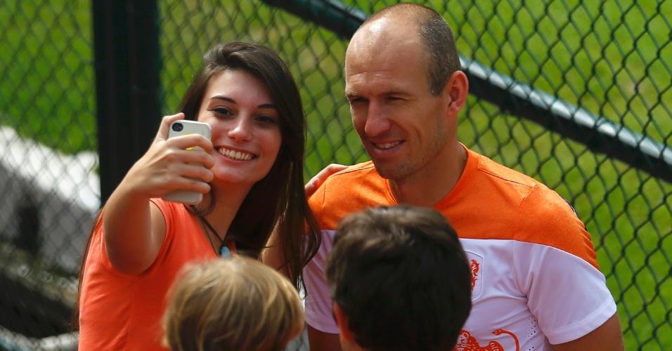 "02.jul.2014 - Atacante holandês Arjen Robben é ""tietado"" por fã durante treinamento realizado no Rio de Janeiro"
