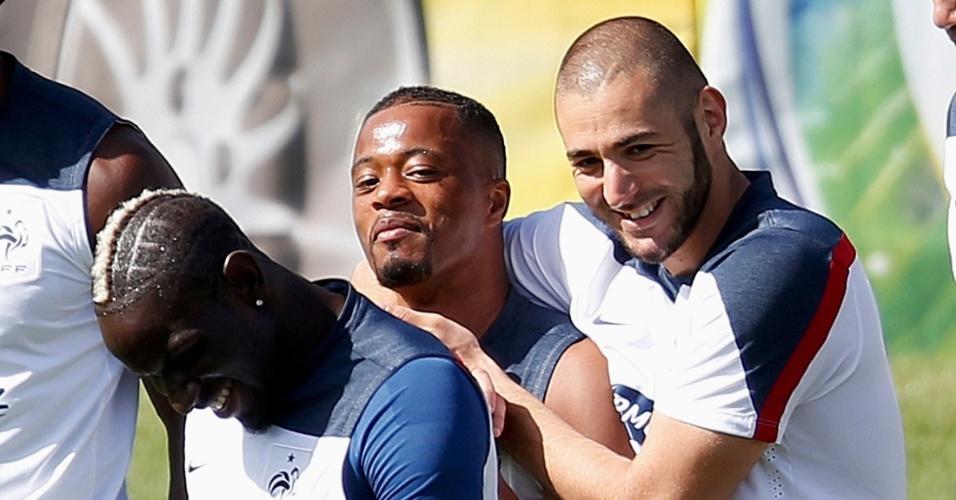 02.jul.2014 - Benzema brinca com o lateral Evra durante treino da França no interior de São Paulo