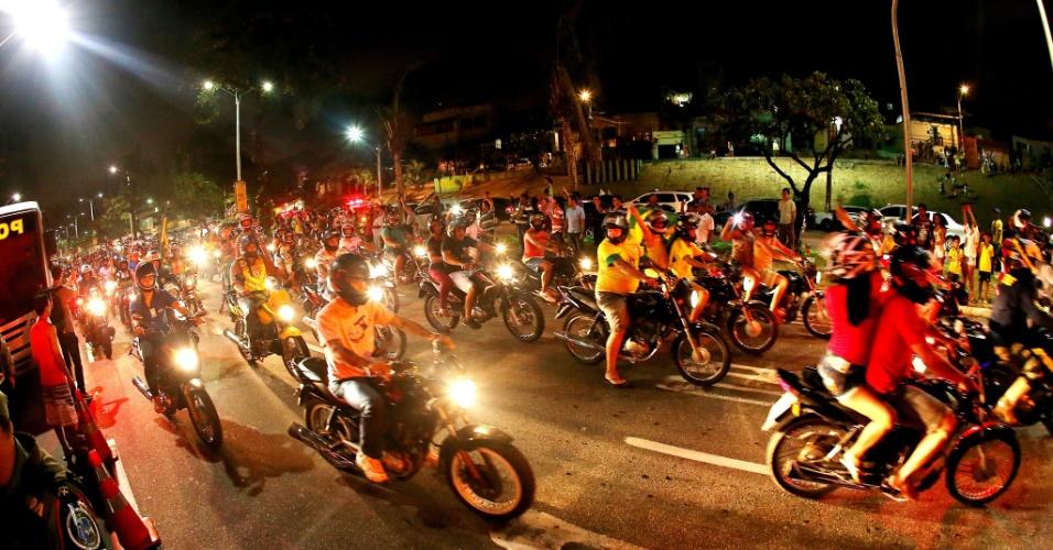 02.jul.2014 - Centenas de motocicletas seguem ônibus da seleção brasileira em chegada a Fortaleza