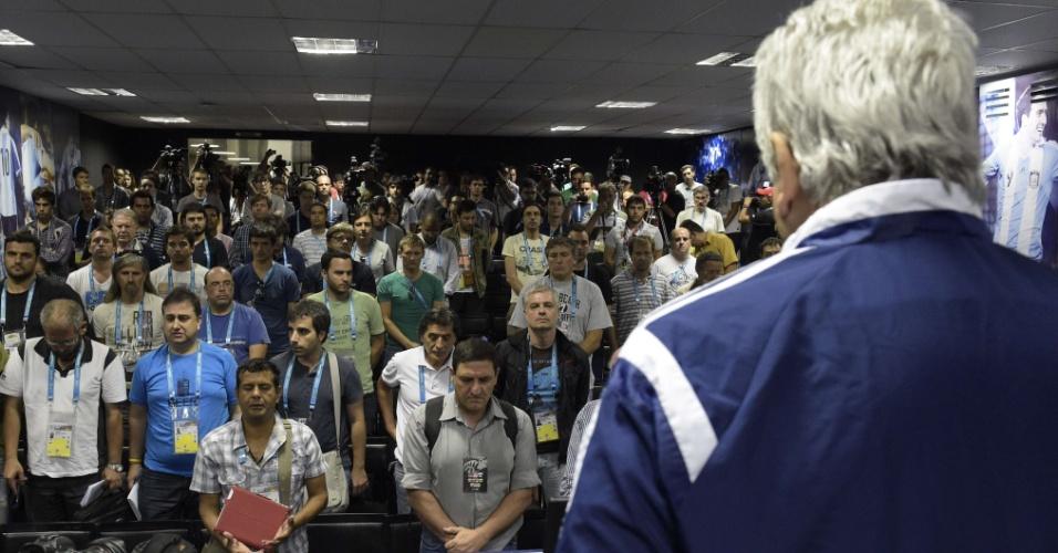 02.jul.2014 - Coletiva de imprensa da seleção argentina é cancelada e jornalistas prestam homenagem à falecida María Soledad Fernández