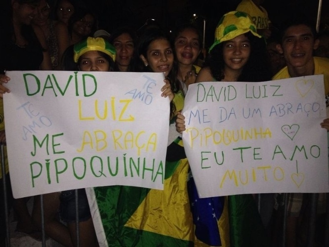"""02.jul.2014 - Em Fortaleza, fãs de David Luiz levam cartazes e chamam zagueiro da seleção de """"pipoquinha"""""""