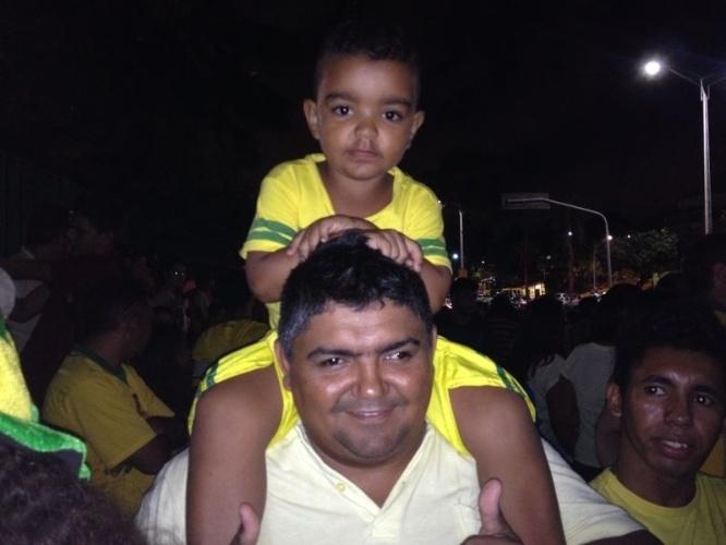 02.jul.2014 - Em Fortaleza, pai leva filho para receber seleção brasileira antes das quartas de final contra a Colômbia