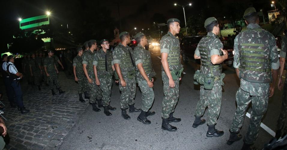 02.jul.2014 - Exército participa da segurança da seleção brasileira durante chegada a hotel em Fortaleza