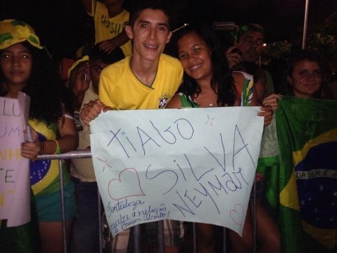 02.jul.2014 - Fãs de Neymar e Thiago Silva levam cartaz para recepção de jogadores da seleção em Fortaleza mesmo com o nome do capitão errado