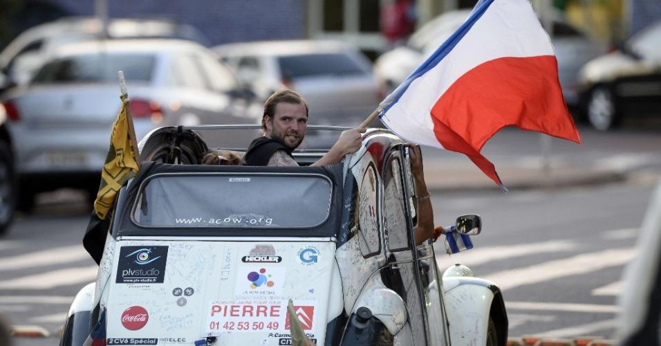 """02.jul.2014 - Franceses desfilam com bandeira pelas ruas de Ribeirão Preto em carro """"especial"""" para a Copa do Mundo"""