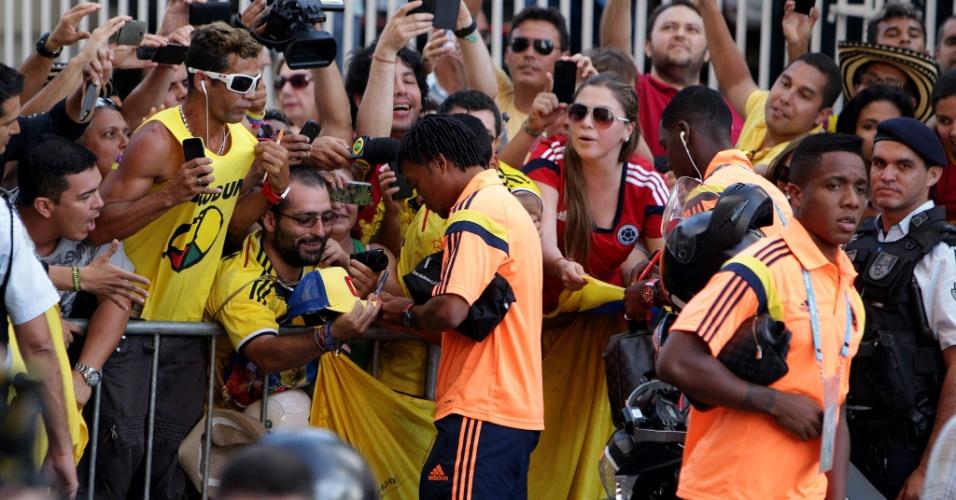 02.jul.2014 - Jogadores da seleção colombiana dão autógrafos a fãs na porta do hotel que estão concentrados em Fortaleza