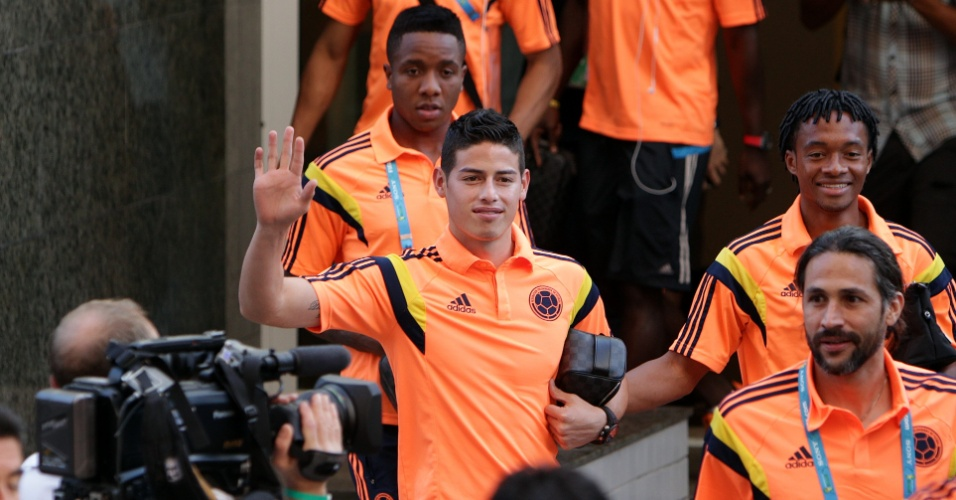 02.jul.2014 - Meia James Rodríguez acena para fãs na saída da seleção colombiana de hotel em Fortaleza