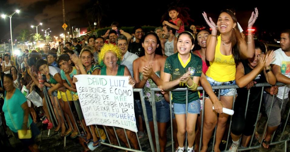 02.jul.2014 - Multidão de torcedores aguarda chegada da seleção brasileira em hotel de Fortaleza